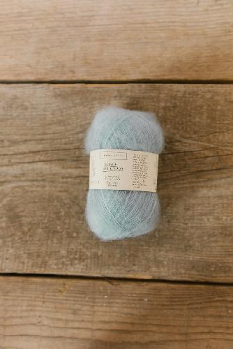 Biches et Buches Le Petit Silk et Mohair Garn Very light blue